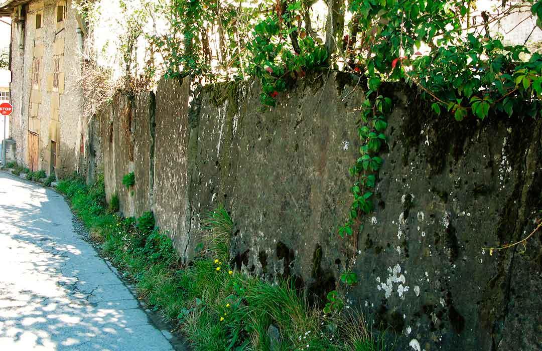 Tapia construida con losas de Eibar
